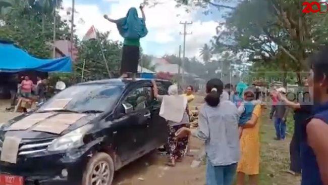 Bar-Bar! Protes Jalan Rusak, Emak-emak di Sultra Injak-injak Mobil Dinas Pemda
