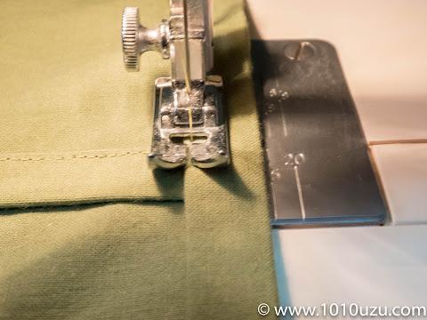 三つ折りにしたカバー裏の生地に挟み込んで縫い込む