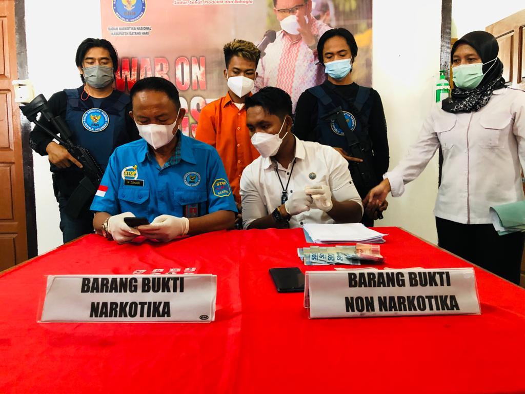 Tangkap Bandar, BNNK Amankan Setengah Kantong Sabu