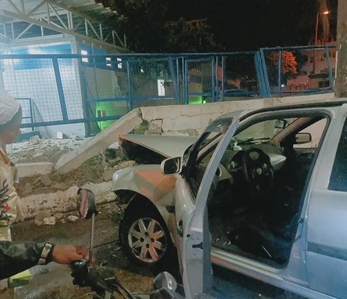 Carro invade UPA e motorista fica ferido, o motorista perdeu literalmente o controle do carro: saiba mais
