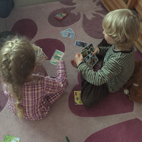 Kinder spielen gemeinsam Karten