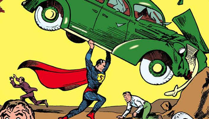 Cena de quadrinhos. O Superman segura, acima da cabeça, um carro verde batido e pessoas correm em volta.