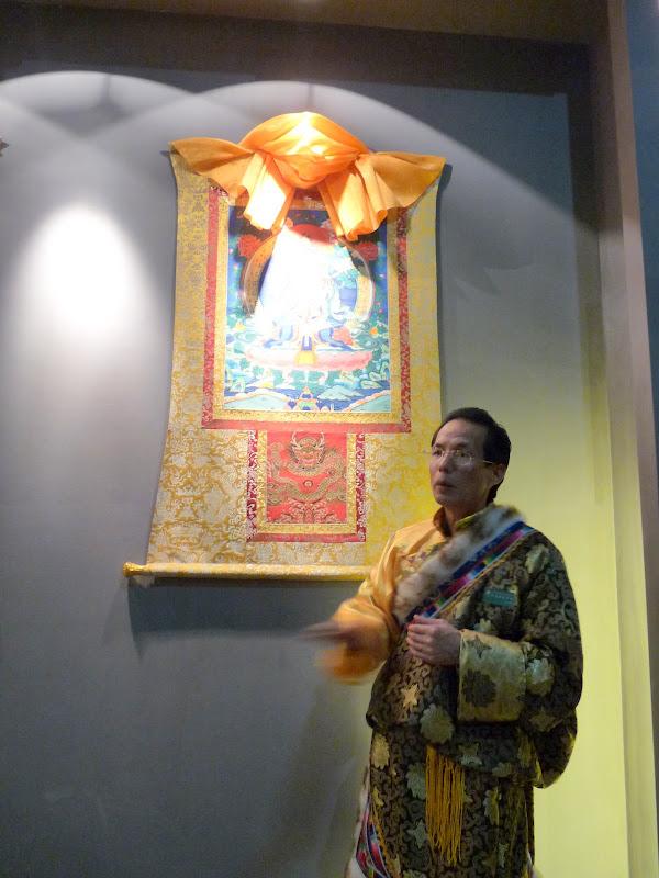 se présentât comme directeur du musée et médecin tibétain