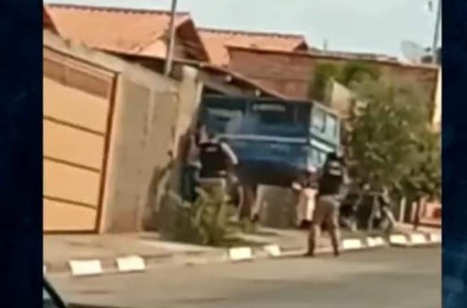 Mãe tenta proteger filho procurado e é baleada pela polícia