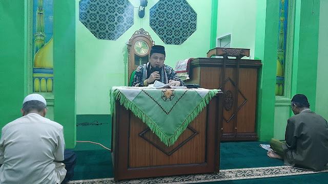 Foto: Ustad M Fikar Datuk Rajo Magek Ketika Memberikan Kuliah Suhuh di Masjid Al Hijrah Perumnas Belimbing.