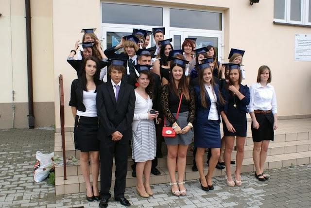 Zakończenie Gimnazjum przed budynkiem bis - DSC08146_1.JPG