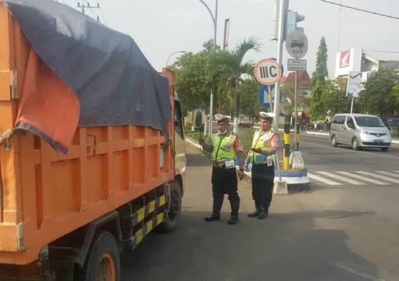 Polres Ngawi: Satlantas Polres Ngawi mulai menindak tegas bagi kendaraan dump truck yang tetap nekat melintas jalur kota.