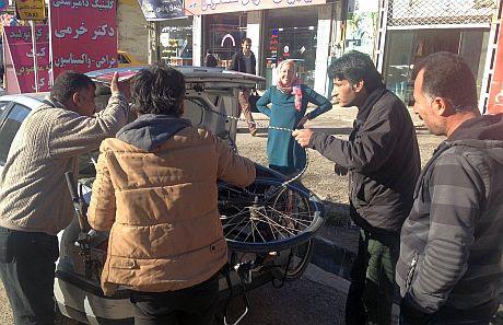 Fahrrad wird in Taxi-Kofferraum verladen in Tschalus am Kaspischen Meer, Iran