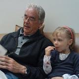 Naar opa aan het luisteren