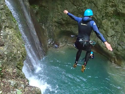 Au départ d'un saut de 6m, canyon du Versoud
