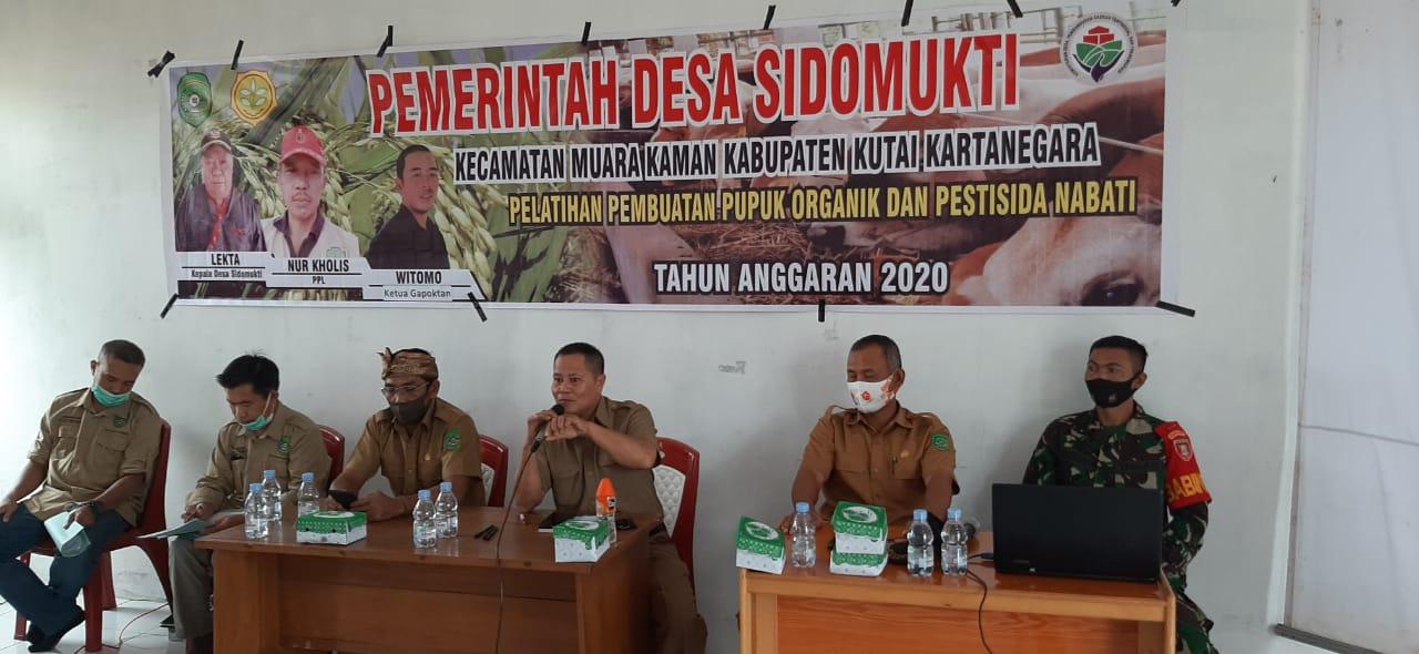 Babinsa Sidomukti Menghadiri Pelatihan Pembuatan Pupuk Organik Kepada Warga