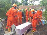 Pastikan Pemakaman Covid 19 Berjalan Lancar, Babinsa Koramil 12/Pundong Laksanakan Pengamanan