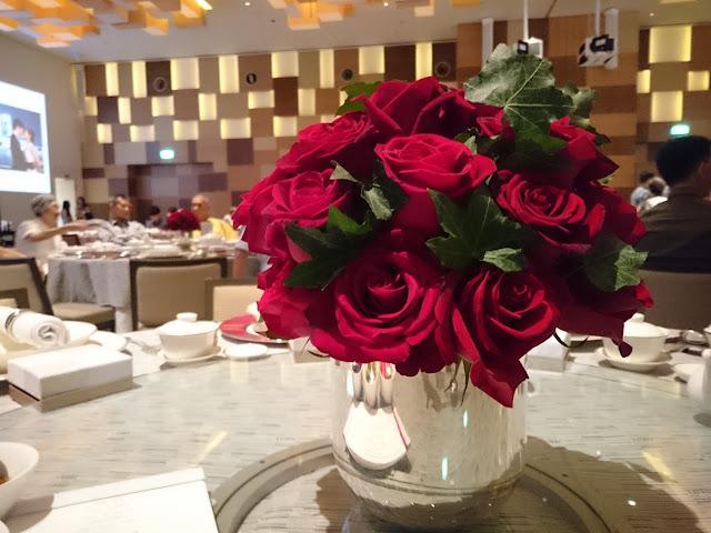 Annaxiu Wedding at Grand Hyatt Singapore Table Decor Roses