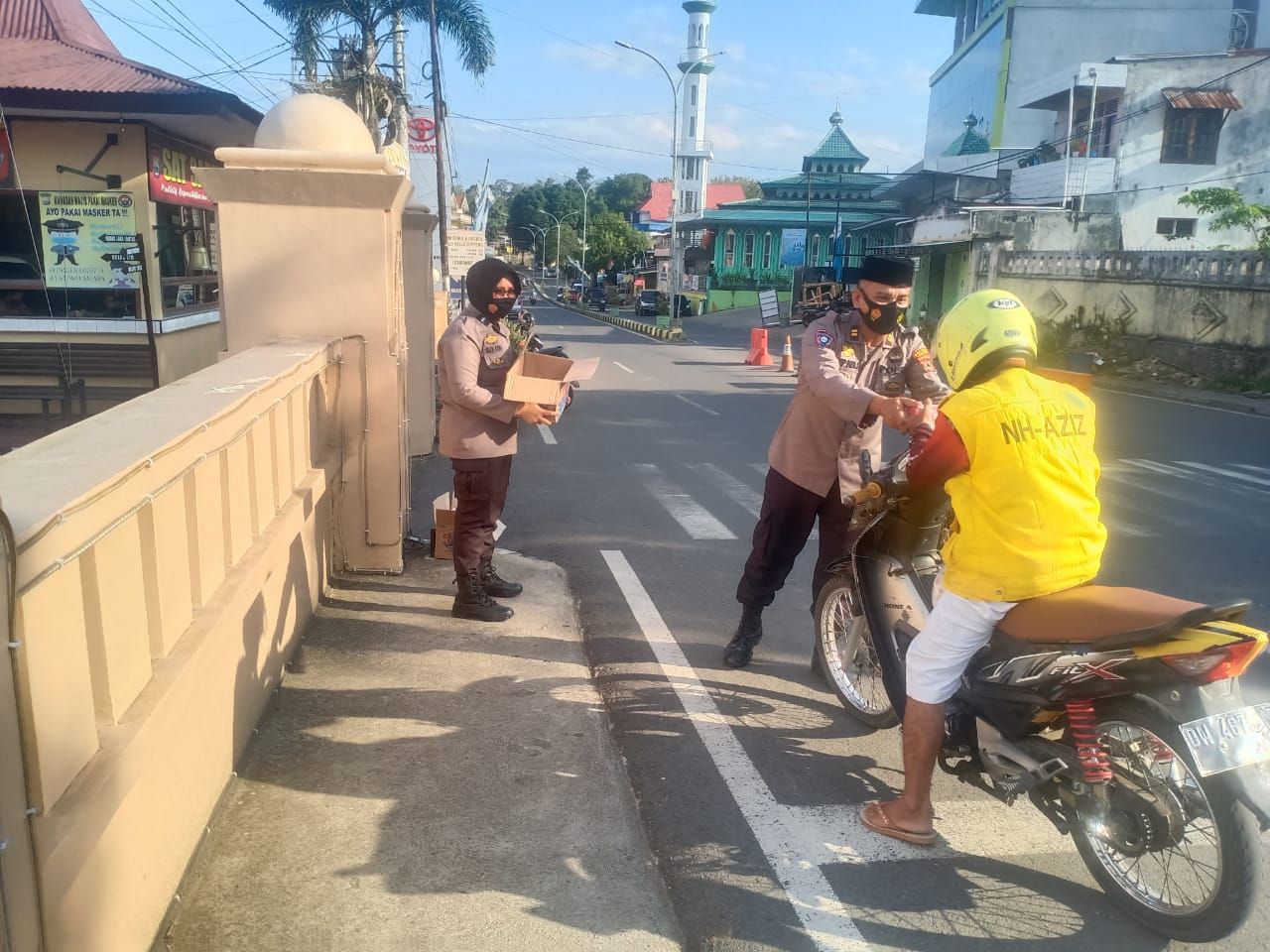 Sat Binmas Polres Soppeng Bagi-Bagi Takjil di Bulan Puasa Ramadhan 1442 H