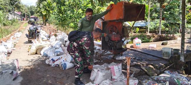 Material Bergulir Terus Ke Lokasi TMMD Reguler Ke-111 Kodim 1207/Pontianak Di Desa Kuala Mandor B