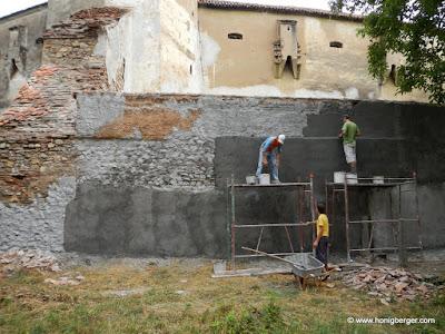 Stark beschädigte Mauer und Pfeiler werden saniert