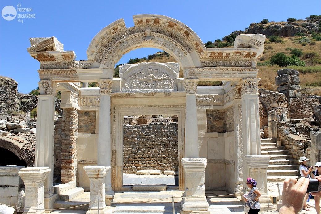 Fragment ruin świątyni Hadriana z  II wieku n.e. Bogate płaskorzeźby przedstawiają losy bohaterów i bogów - m.in. Herkulesa, Amazonki, Atenę.