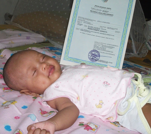 Kiara pun bisa tidur dengan tenang karena akta kelahirannya sudah beres sebelum usianya genap dua bulan.