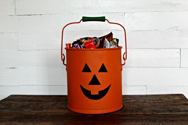 Jack-O-Lantern-Halloween-Treat-Bucket-from-an-Old-Bucket-Knick-of-Time
