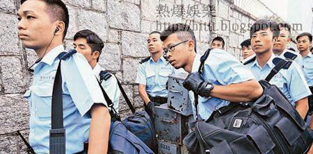 警員將大批防暴裝備及武器運入特首辦。(蘇文傑攝)