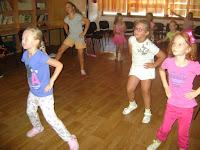 08 Népi tánclépések gyakorlása.JPG