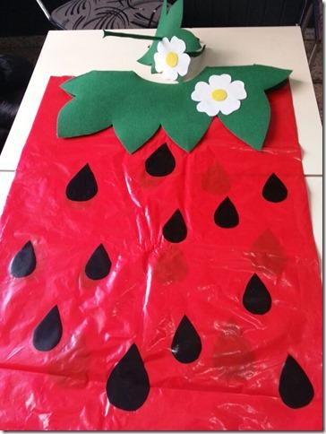 disfraz de fresa con bolsa de basura (2)