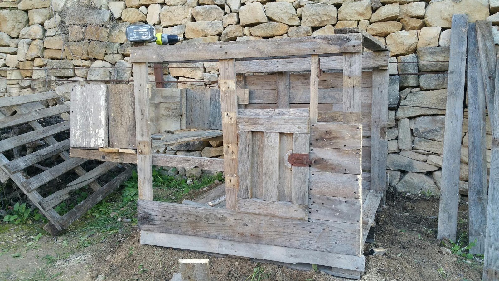 D i y pallet chicken coop fast blog family homestead for How to build a chicken coop out of pallets