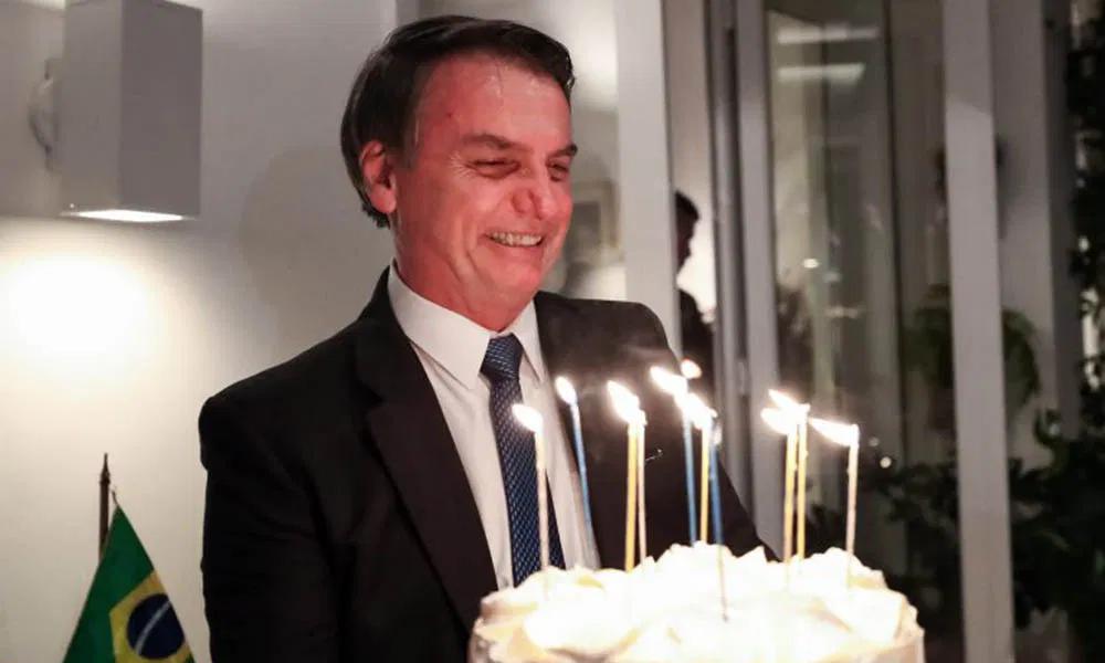"""Bolsonaro faz aniversário; Zambelli comenta: """"Arriscou sua vida pelo nosso futuro"""""""