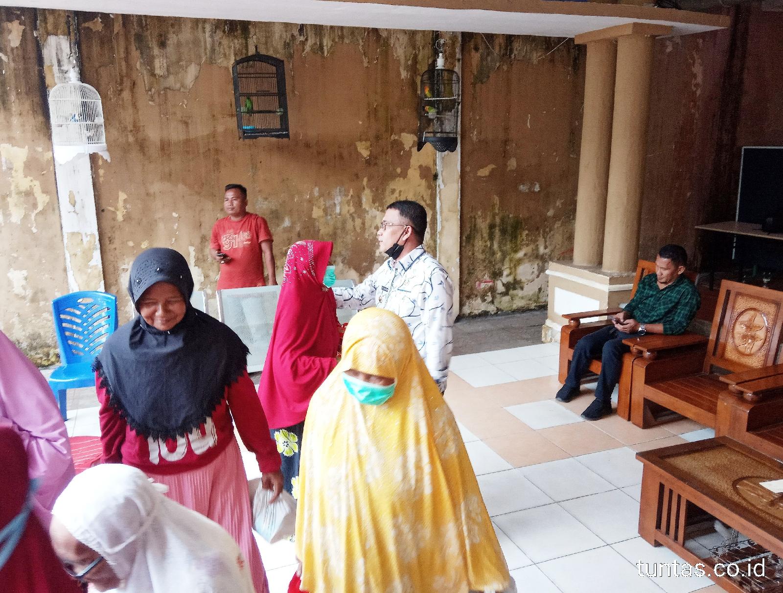 H. Devi Suhartoni (HDS) Bagikan sembako kepada Ibu-ibu lansia. (Poto/ari)