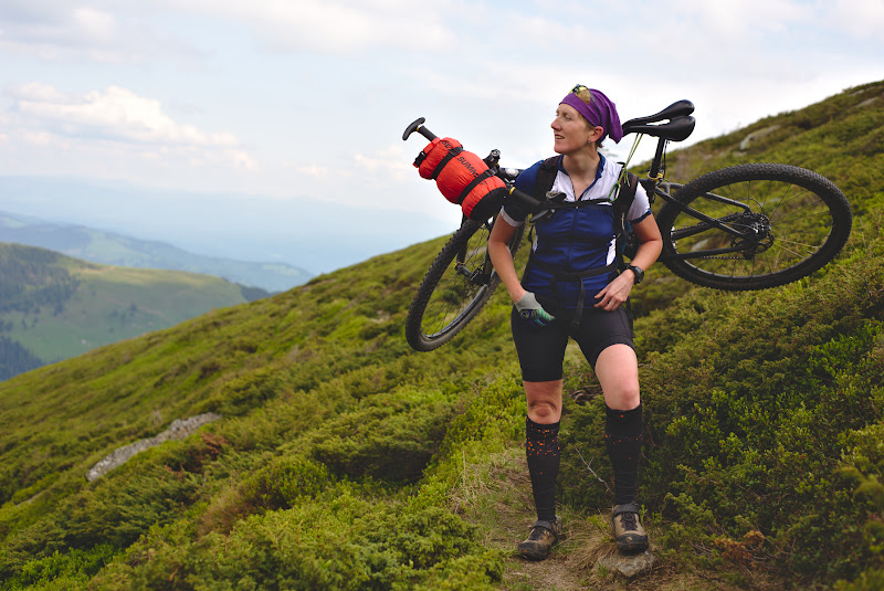 Metoda Mike la carat bicicleta, snur, caraba si  bicicleta sprijinita confortabil pe un rucsac de 35 de litri.