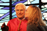 Smooching with the Pope... (© 2010 Bernd Neeser)