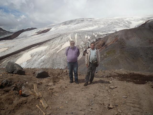 J. Michel et J. Marquet devant les glaciers de l'Elbruz à 3700 m (Terskol, Kabardino-Balkarie), 13 août 2014. Photo : Y. Berezhnoi
