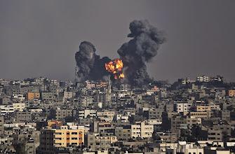 Photo: GAZ06 CIUDAD DE GAZA (GAZA), 22/07/2014.- Una columna de humo y fuego se eleva sobre el barrio de Al Shejaeiya en la ciudad de Gaza, en la franja de Gaza, tras un ataque del ejército israelí hoy, martes 22 de julio de 2014. Esta mezquita fue destruída ayer en un ataque aéreo israelí. Al menos siete palestinos, entre ellos cinco miembros de una misma familia, murieron hoy en bombardeos de la avión y la marina de Guerra israelí en diferentes partes de centro y el sur Gaza, con lo que son 584 los muertos palestinos durante ofensiva militar que hoy entró en su decimoquinto día. EFE/Mohammed Saber