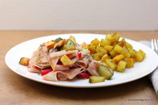 Wurstsalat mit Mortadella, Radieschen, Gewürz-Gurken, Brezel-Croutons und Bratkartoffel-Salat