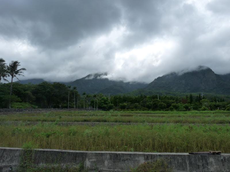et derrière la montagne