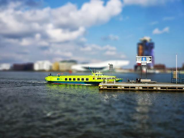 Tragflügelfähre in Amsterdam. Mit Tilt-Shift-Effekt nachbearbeitet.