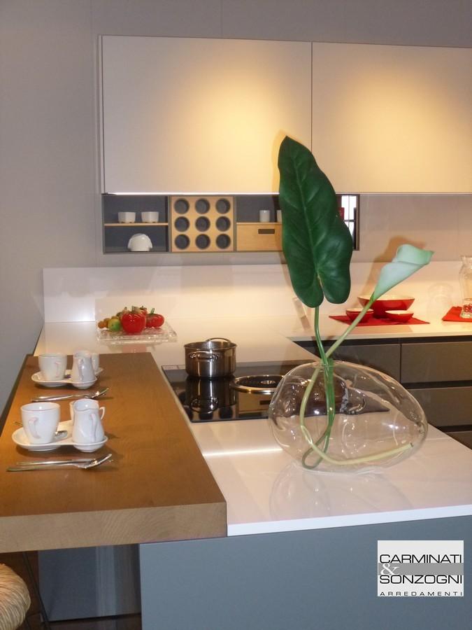 particolare della penisola della cucina modello M22 Linea, con piano cottura a induzione, visibile nella nostra esposizione di Zogno Bergamo.jpg