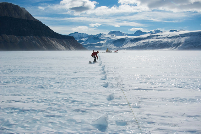 Researchers sample along a transect at Taylor Glacier in Antarctica, with Friis Hill on the left and the Asgard mountain range in the background. Photo: Hinrich Schaefer