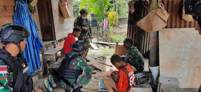 CIPTAKAN SUASANA KEKELUARGAAN, TNI KUNJUNGI SALAH SATU KEPALA SUKU DI PERBATASAN PAPUA.