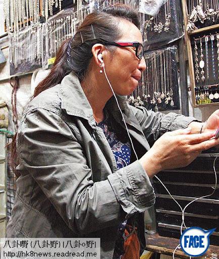 本週一,記者到高 Ling媽位於女人街的首飾檔問高媽知唔知女兒同殼王行得埋,高媽全程戴著 headphone,扮聽唔到。