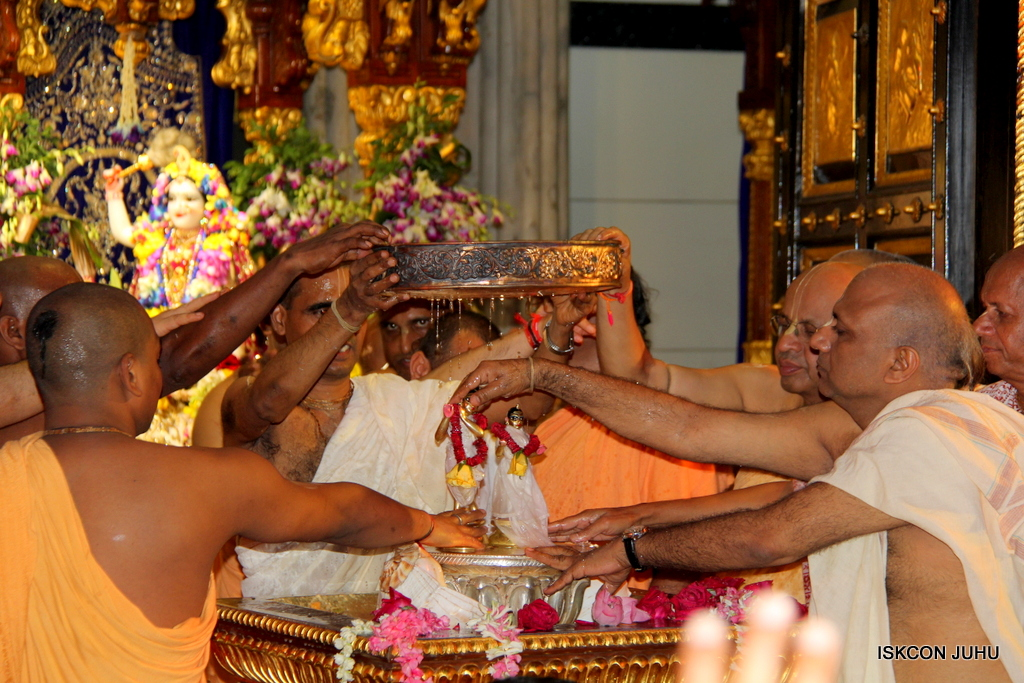 ISKCON Juhu Janmashtami Maha Abhishek on 25th Aug 2016  (12)