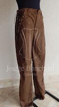 Photo: Calça em camurça marrom com detalhes laterais. A partir de R$ 80,00.