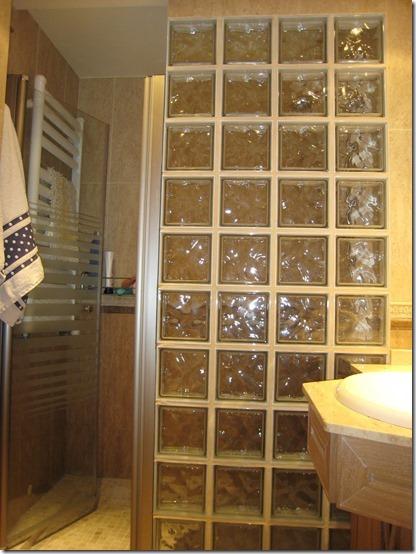 baño separaciones con losetas de vidrio  (2)
