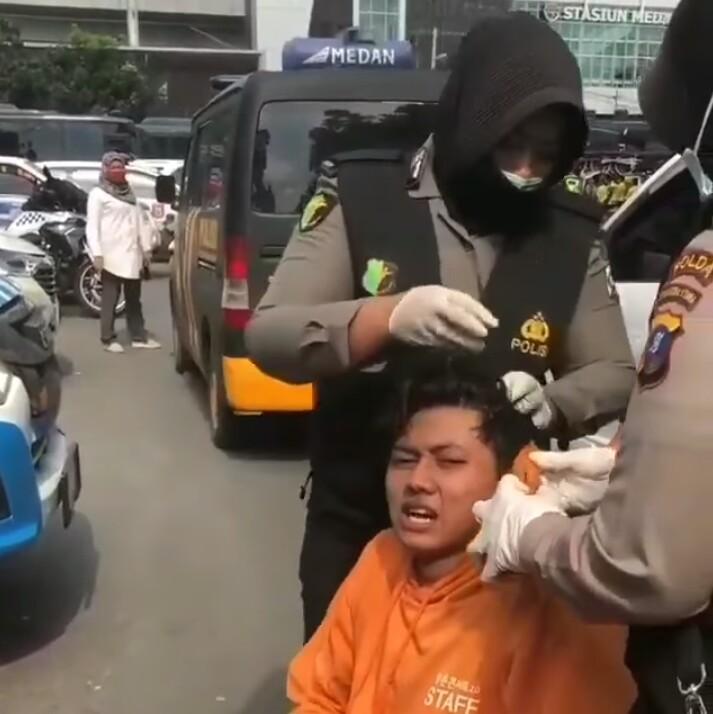 Bid Dokkes Polda Sumut Bantu Obati Pengunjuk Rasa Terluka Saat Demo
