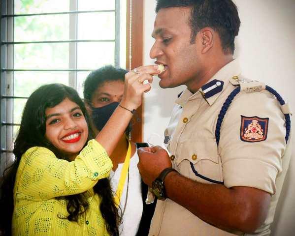 Raksha Bandhana in Mangaluru Police | ರಕ್ಷಾ ಬಂಧನ : ಪೊಲೀಸ್ ಅಧಿಕಾರಿಗಳಿಗೆ ರಕ್ಷೆ ಕಟ್ಟಿದ ಯುವತಿಯರು!