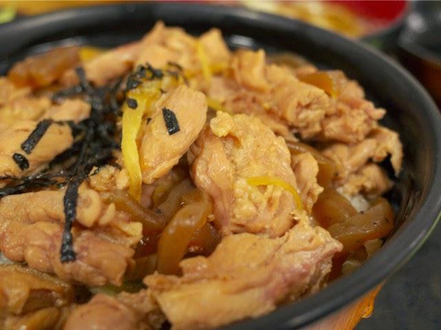 鳥肉の下にはコンニャクの煮込みが盛られてる。うまし