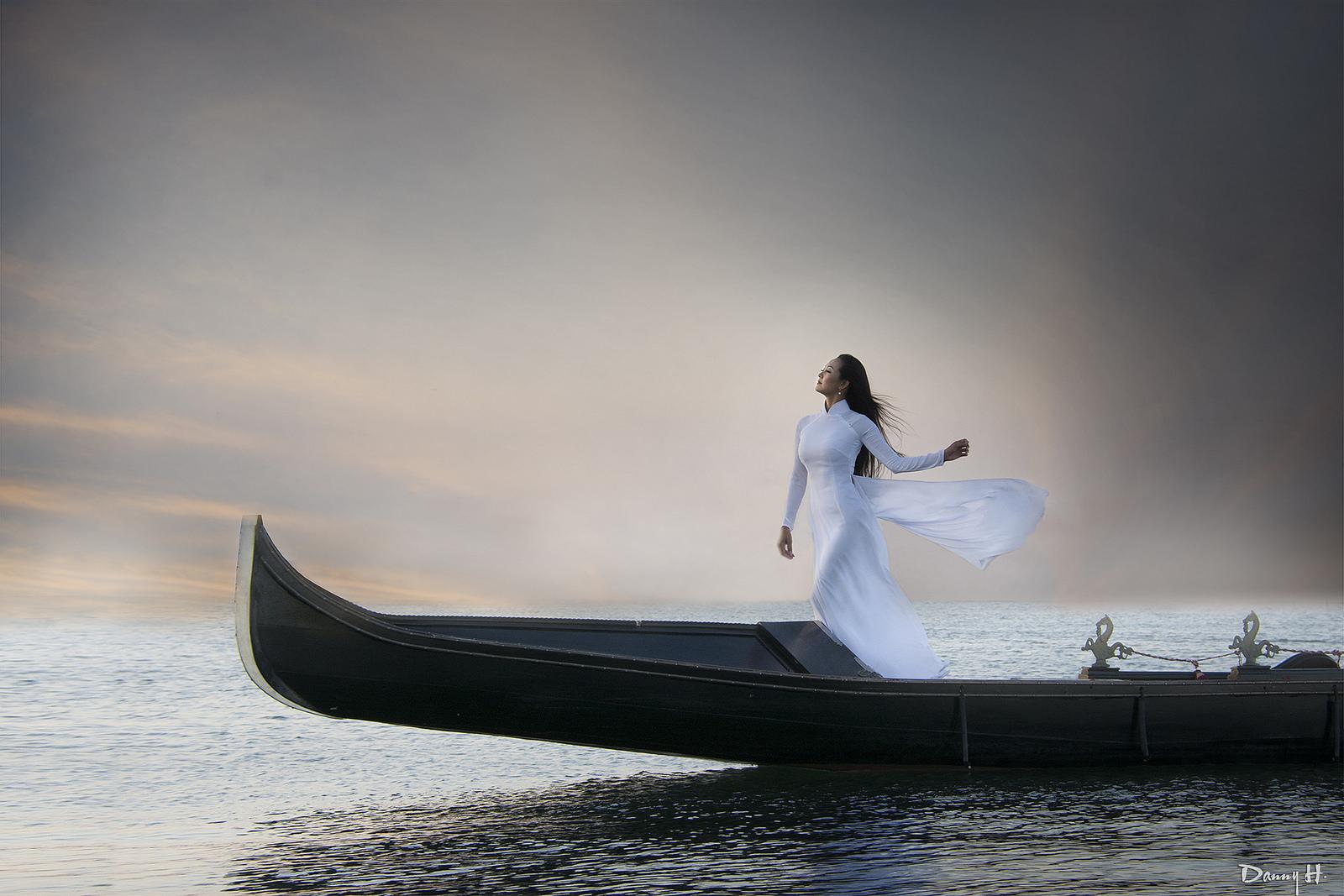 Gái đẹp đi thuyền