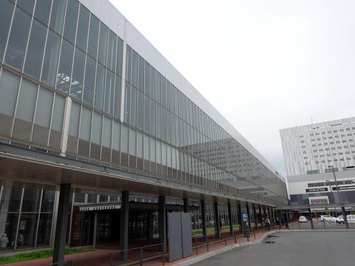 [写真]大きくて立派な旭川駅と隣接するイオンモール