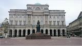 Staszic-Palast, davor Pomnik Mikołaja Kopernika