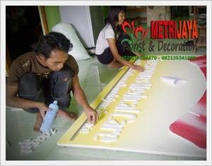 proses pembuatan bunga papan di Toko Bunga Cilacap Florist